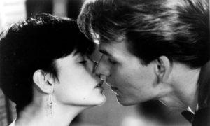 Lo struggente bacio di Patrick Swayze e Demi Moore in Ghost - Fantasma