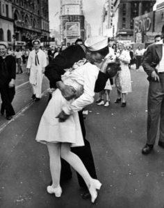 A Time Square un marinaio e una ragazza si baciano con la gioia di chi sa di essere vivo