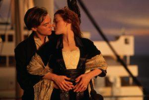 Il bacio tra Jack e Rose sulla prua del Titanic al tramonto