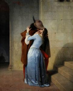 Nella tela di Hayez un giovane bacia romanticamente una ragazza in abiti medioevali