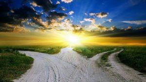 Un trivio e sullo sfondo un cielo con l'alba