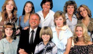 La famiglia Bradford seduti in posa e sorridenti