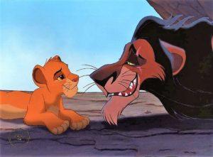 Lo zio Scar e il nipote Simba parlano tra loro all'interno della loro tana e sullo sfondo il cielo azzurro