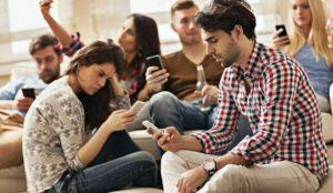 Un gruppo di giovani amici ognuno col suo smartphone