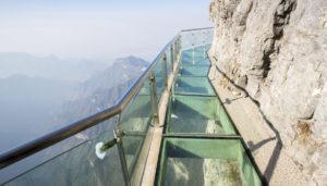 Il sentiero vetro e acciaio sul precipizio della montagna cinese
