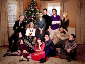 Una famiglia riunita per le feste e sullo sfondo l'albero di Natale