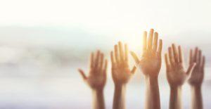 """Mani alzate come a dire """"presente"""" alla vita e sullo sfondo il sole"""