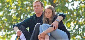 Un padre abbraccia e tiene stretta a sé la figlia adolescente perché superi tristezze e insicurezze