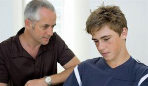 Un papà ascolta con attenzione ed empatia le confidenze del figlio adolescente che si racconta sereno