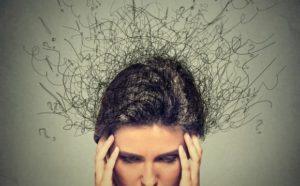 Una testa con i capelli elettrizzati e aggrovigliati, le mani sulle tempie, i pensieri negativi, le profezie che si avverano