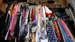 Un armadio troppo colmo di vestiti, grande confusione, soldi buttati