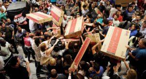 Persone ammassate e in lotta tra loro per accaparrarsi i prodotti durante il black friday