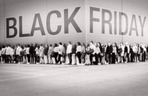 Persone tristemente in fila fuori del centro commerciale per il black friday