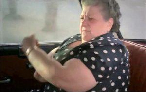 Il celeberrimo tiè o gesto dell'ombrello della Sora Lella Fabrizi in auto