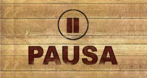 """Uno sfondo di legno con la scritta e il simbolo """"pausa"""""""