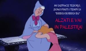 Cenerentola Disney piange sulle ginocchia della fata che le suggerisce di andare in palestra per la prova costume