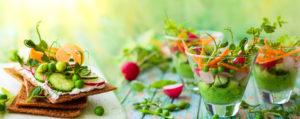 Un delizioso pasto con verdure e salmone dove prevale il gusto la leggerezza i colori