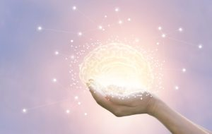 Una mano tiene un cervello luminoso perché corpo e mente sono un tutt'uno