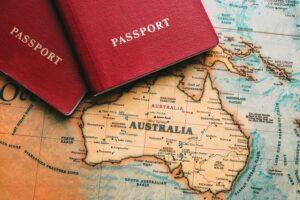 La cartina dell'Australia e due passaporti per il working holiday dei giovani adulti e la loro definizione