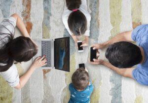 Una famiglia insieme ma ciascuno con un device e quindi senza attenzione reciproca