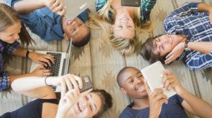 Un gruppo di adolescenti ognuno inconsapevolmente col suo device
