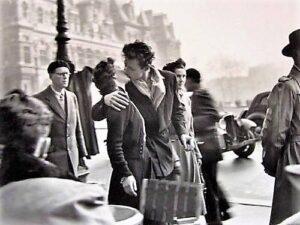 Un uomo ed una donna si baciano appassionatamente nella gioia