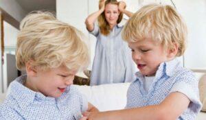 Nel salotto di casa durante il lockdown due fratellini litigano con la mamma che li guarda mani tra i capelli